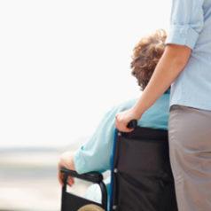 Cuidadores profesionales: al rescate del paciente y de su entorno familiar